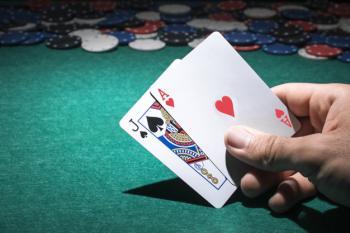 Käsi pitelemässä Blackjack-kortteja
