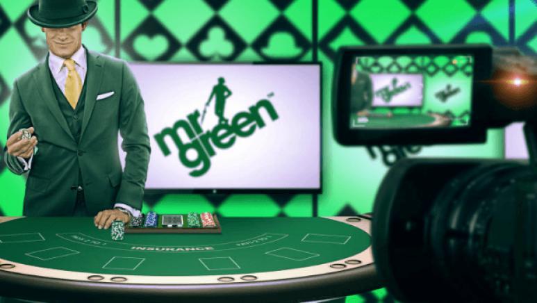 Vihreään pukeutunut mies pelipöydän ääressä